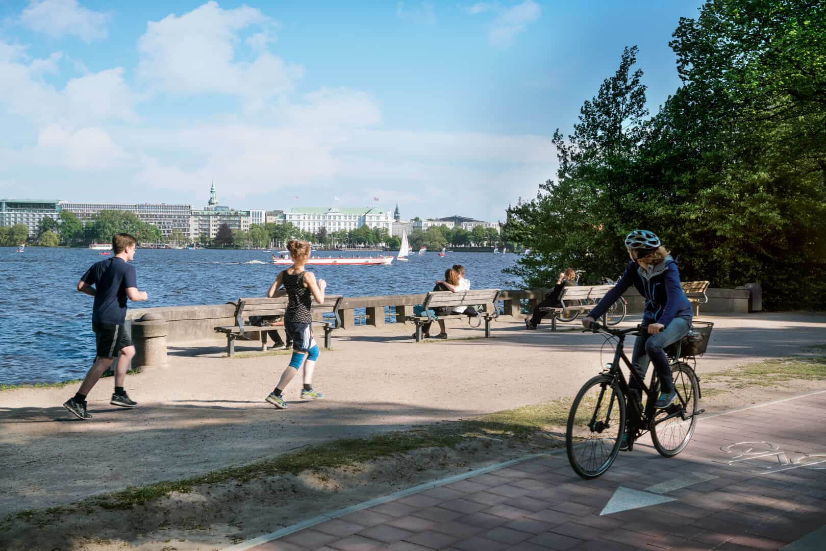 Jogger und Radfahrer an der Alster - Foto: Mediaserver Hamburg - Andreas Vallbracht